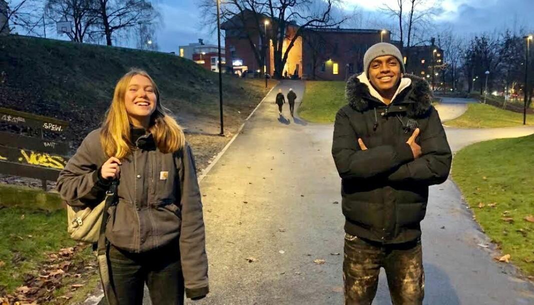Oda Garnås Paaske (t.v.) og Naif jr. Mohamed er begge glad for å ha fått jobbe med kreative arbeidsoppgaver for bydel Gamle Oslo. De håper videoene vil bidra til å senke smitten blant unge i byen.