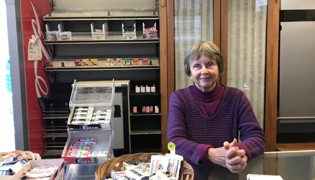 Tidligere skuespiller Unni Bernhoft (87) fotografert siste dag bak disken i familiebedriften. — Jeg savner allerede de faste kundene våre, sier hun til VårtOslo.