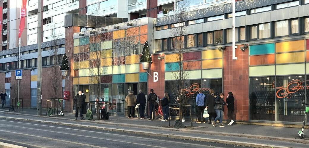 - I mars og april kunne køene strekke seg helt ned til slakter Strøm-Larsen, 300 meter lenger nede i gata, forteller butikksjef Anders Strøm ved Polet på Sandaker.