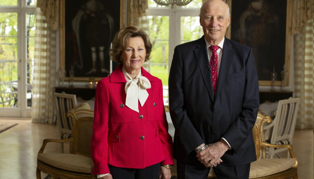 Kongeparet fotografert da de fortalte hvordan 17. mai ble feiret på Kongsgården tidligere i år.
