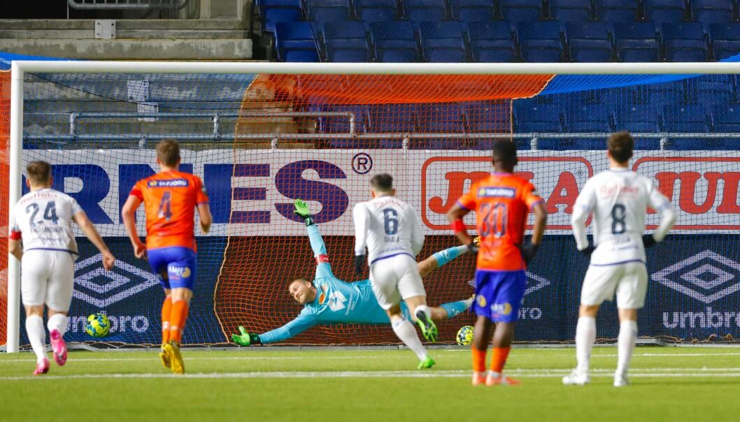 Aron Dønnum setter inn 1-1 på straffespark forbi keeper AaFK-keeper Gudmund Kongshavn. Men med kun uvagjort glapp Vålerenga to viktige poeng i medaljekampen.