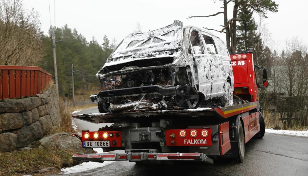 Den utbrente bilen ble fraktet vekk av et tauefirma etter at brannen var slokket.