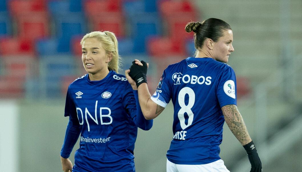 Vålerengas Rikke Bogetveit Nygård (t.v) og Sherida Spitse etter semifinalen i cupen mellom Vålerenga og Avaldsnes på Intility Arena.