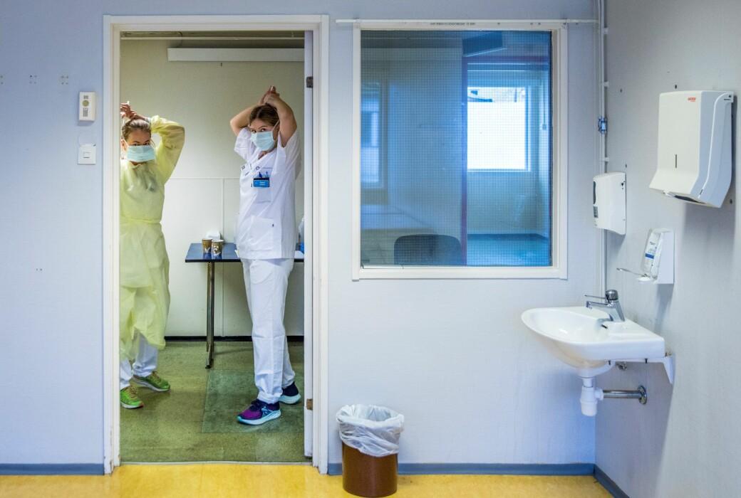 Ansatte ved OUS tar på seg smittevernutstyr. Nå rapporterer sykehuset om det 24. koronarelaterte dødsfallet.