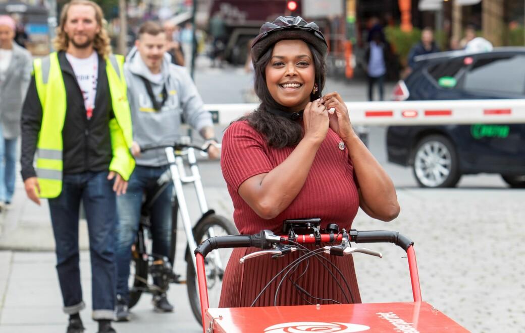 Kamzy Gunaratnam (Ap) besøkte streikende Foodora-syklister på Youngstorget i august i år.
