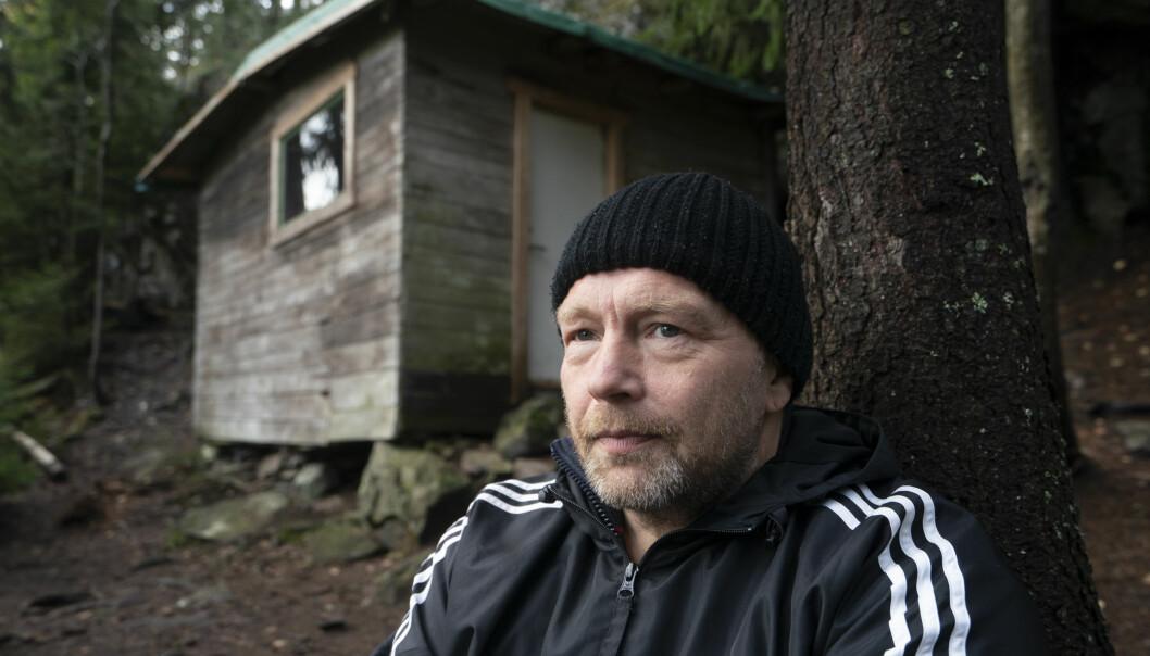 Leif Kristian Olsen bodde ute i to år. Her er han utenfor Haralds hytte, stedet der Harald Grande bodde i 27 år og som nå er et kulturminne.
