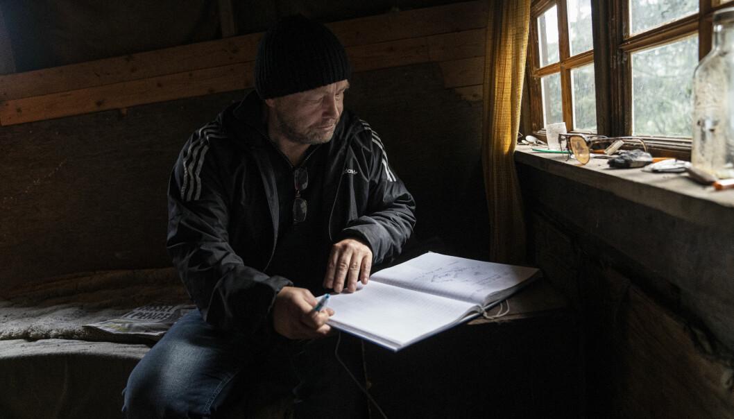 Mange besøker Haralds hytte, og skriver innlegg i gjesteboka. Leif Kristian Olsen gir sitt bidrag.
