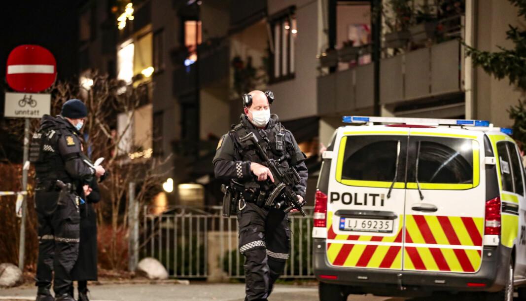 Politiet har sendt mange patruljer til området der Helgesensgate møter Fossveien på Grünerløkka i Oslo, etter at de fikk melding om at det var avfyrt to skudd i området.