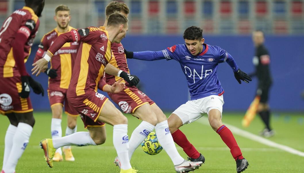 Vålerenga-sensasjonen Osame Sahraoui ble godt passet på av Sarpsborg-spillerne.