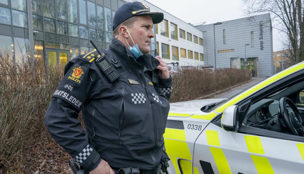 Innsatsleder Arve Røtterud ved Lindeberg skole etter et slagsmål med flere unge personer involvert. En person skal ha blitt knivstukket og er kjørt til sykehus med alvorlige skader.