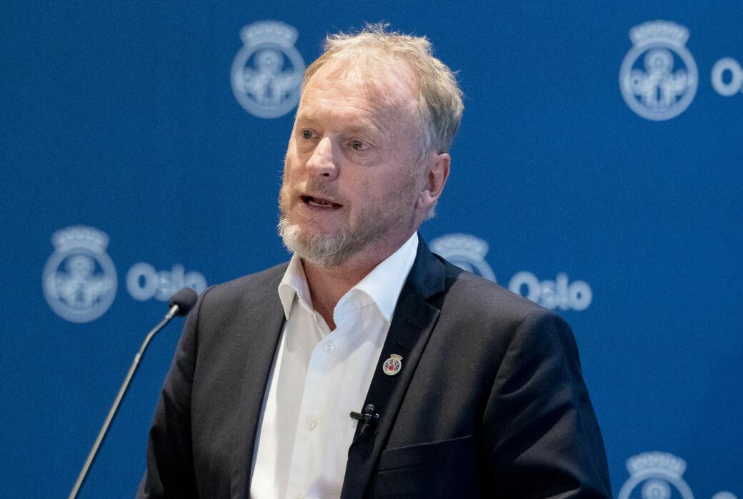 — Mange er redde for å fortelle hvem de har hatt kontakt med. Da risikerer de å sette en i karantene som ikke har en inntekt, sier Raymond Johansen (Ap).