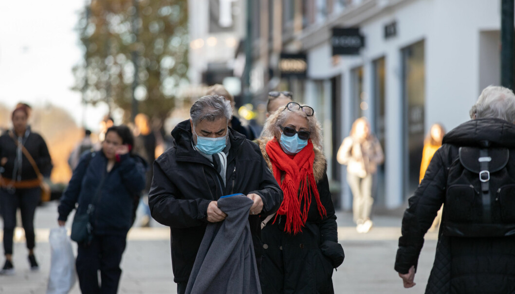 Oslofolk er blitt vant til munnbind og koronarestriksjoner. Nå rapporterer helseetaten at smittetallene er på vei ned.