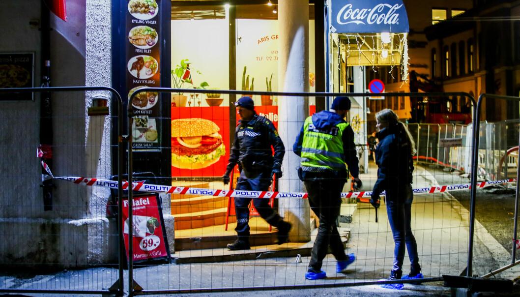 Politiet på åstedet etter at en mann ble knivstukket utenfor et gatekjøkken i Oslo sentrum i mars i år.