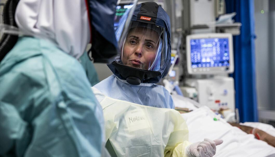 Sykepleier Mimont El Masoudi med kollega Anniken Hars ved covid-19 enheten på Rikshospitalet.