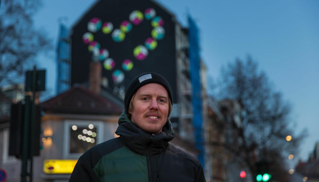 Gatekunstner Lasse Brurok har dekorert veggen til endegavlen til Grønland 6 med et stort hjerte.