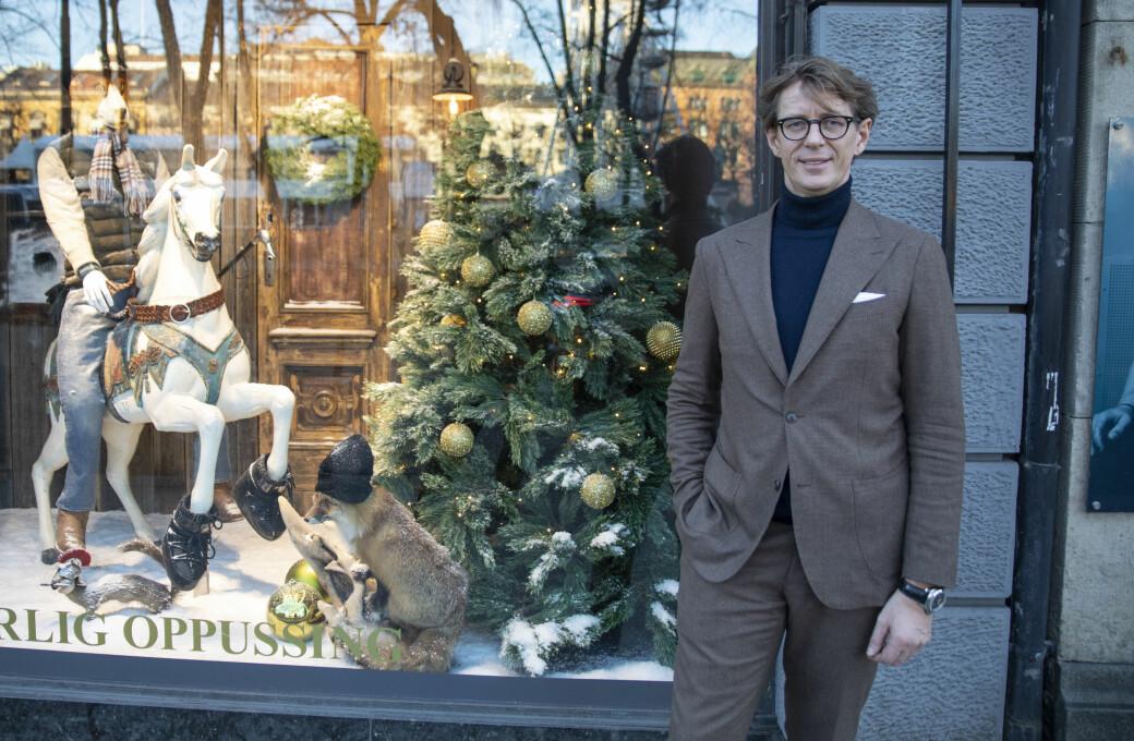 Calle Ferner utenfor årets julevindu, som er designet at Ole Drivved fra TV3-programmet «Eventyrlig oppussing».