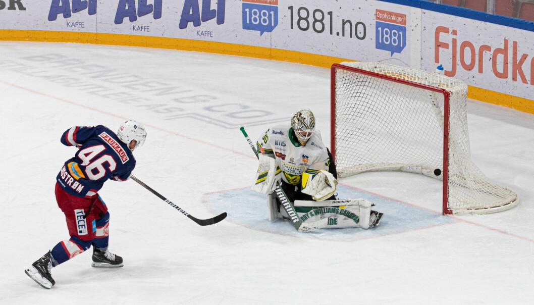 Tobias Lindström alene mot Lars Haugen i Manglerud-målet. Lindstöm sto for både 2-0 og 4-0 under kampen.