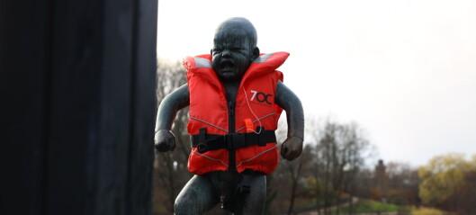 Oslos statuer rekvisitter for politiske budskap. I Frognerparken ble joggende og hundeluftende forbipasserende sterkt berørt