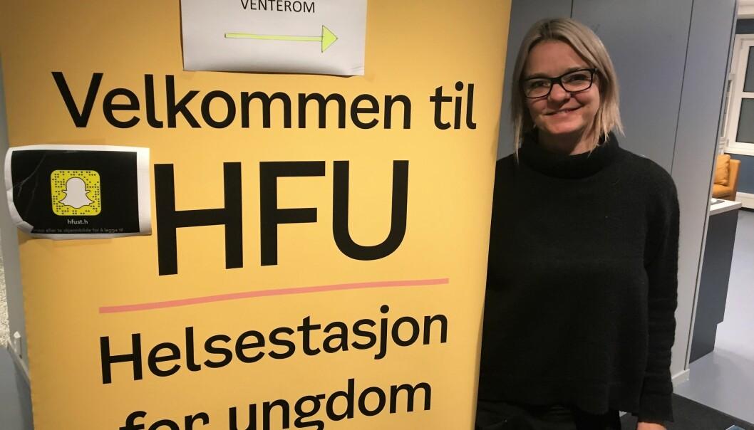 Teamleder Camilla Rørtveit ønsker ungdom velkommen til Helsestasjon for ungdom.