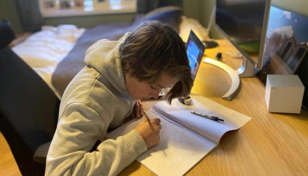 Eskil har strålt hver gang etter at han har kommet hjem fra matteundervisningen på Jordal skole. Her med matteboka.
