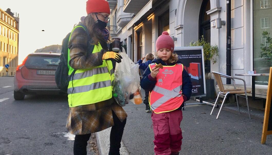 """— Man kan ikke ha på seg """"plastbrillene"""" hele tiden, sier Karina Sætersdal Nilssen. Hun og datteren fyller poser med søppel på kort tid."""