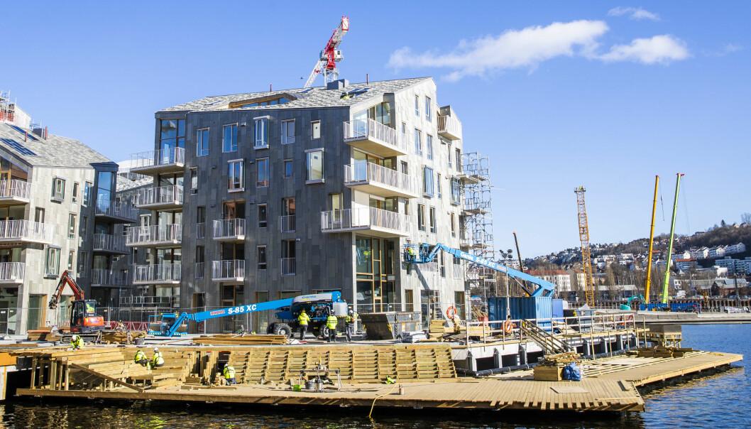 Oslo kommune får en bot på 900.000 kroner fra Arbeidstilsynet etter at ansatte måtte jobbe i et døgn i strekk, men slipper anmeldelse.