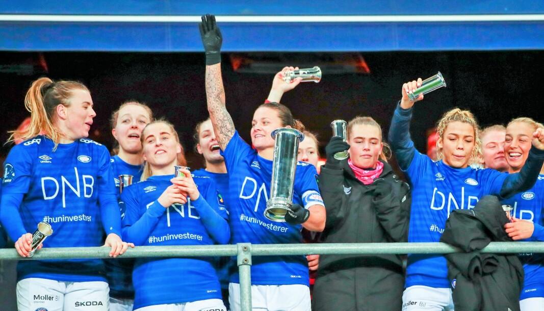 Kaptein Sherida Spitse og Vålerenga-spillerne kunne juble etter seier i cupfinalen mot Lillestrøm søndag ettermiddag.