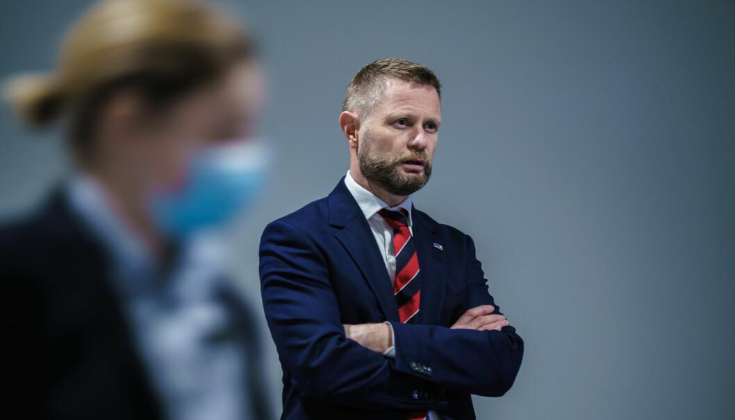 Helse- og omsorgsminister Bent Høie ønsker å samarbeide med Oslo kommune om tiltaksnivået når smittetallene nå går opp igjen.