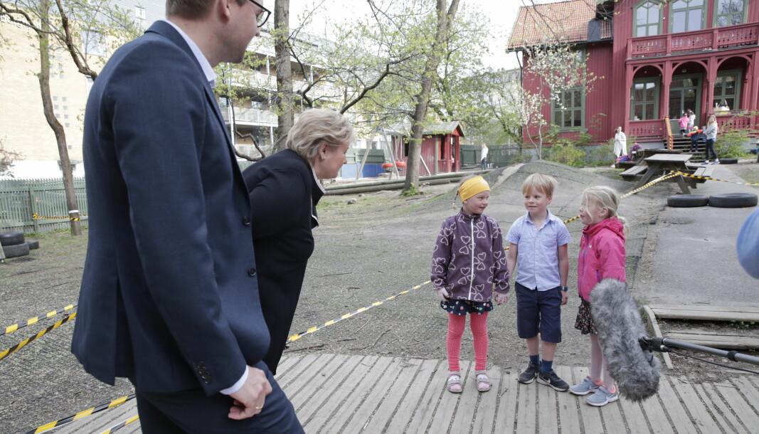 Barne- og familieminister Kjell Ingolf Ropstad (KrF) og statsminister Erna Solberg besøker Fridheim barnehage AS på Briskeby. Her med femåringene Tiril (med gult pannebånd), Øystein og Matilde.