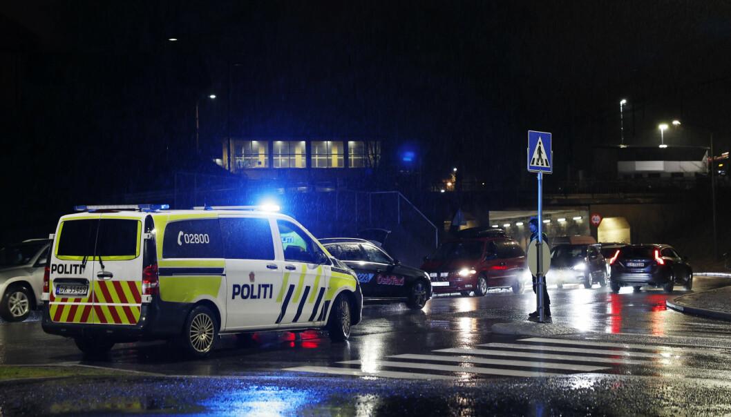 Nødetatene på stedet i Maria Dehlis vei etter en alvorlig trafikkulykke hvor en ble fotgjenger truffet i høy fart. Det som av vitner beskrives som en sort BMW SUV har forlatt stedet, og den er nå etterlyst av politiet.