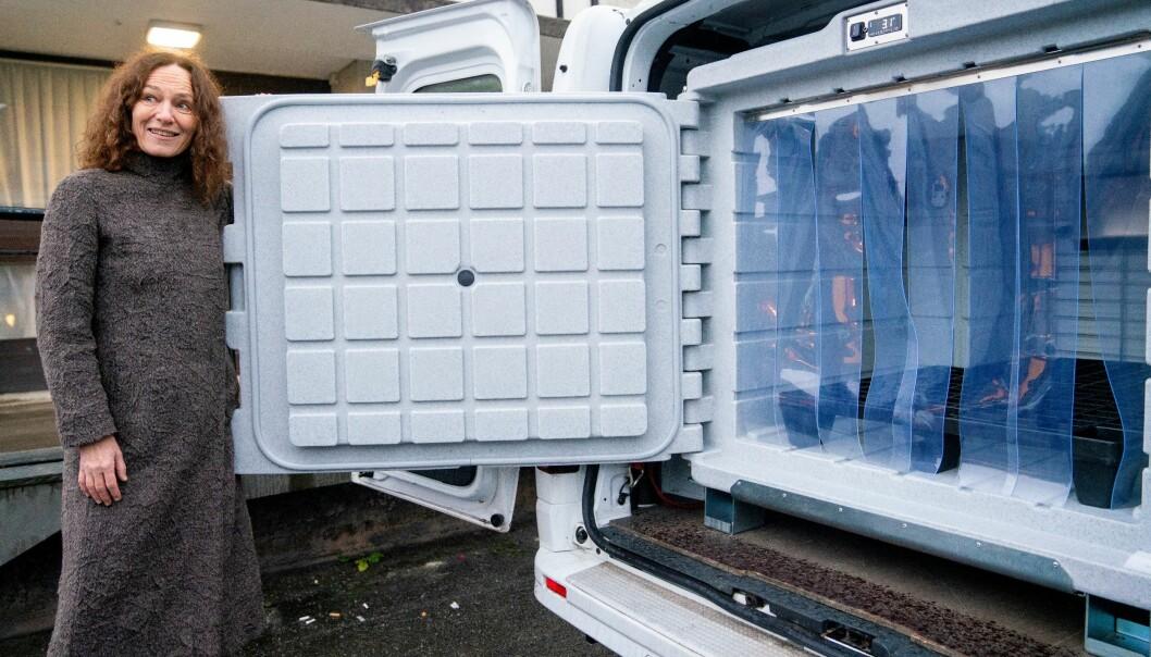Direktør ved Folkehelseinstituttet Camilla Stoltenberg ved en av bilene som skal brukes til transport av koronavaksinen når den ankommer Norge.