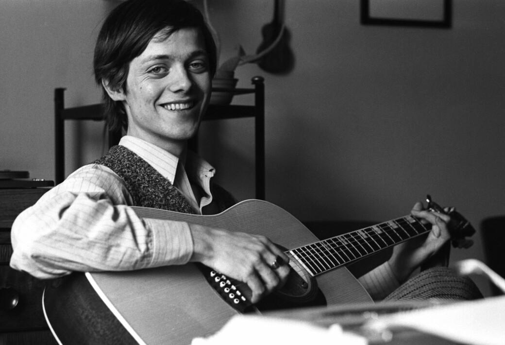 """16 år gammel med gitaren i en pause under innspillingen av filmen """"Himmel og helvete"""" i 1969, der Lillebjørn Nilsen spiller hovedrollen."""