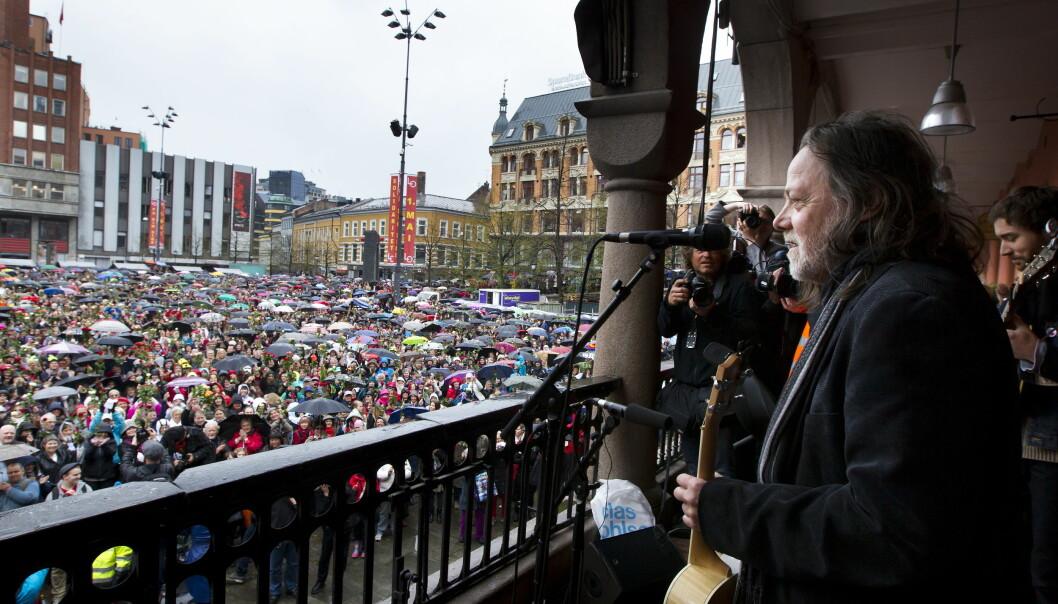 """Under terrorrettssaken mot Anders Behring Breivik i Oslo tingrett 2012. Tusenvis av mennesker synger """"Barn av regnbuen sammen med Lillebjørn Nilsen på Youngstorget."""