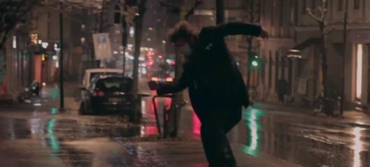 – Jeg er redd for at byen vil tape mye, bli en kjedeligere og fattigere by, sier gatemusikant Sebastian