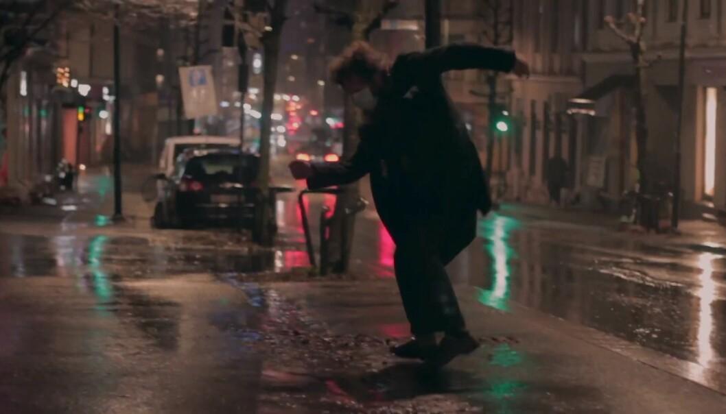Sebastian Uul danser rundt i en mørk, kald og trist korona-by.