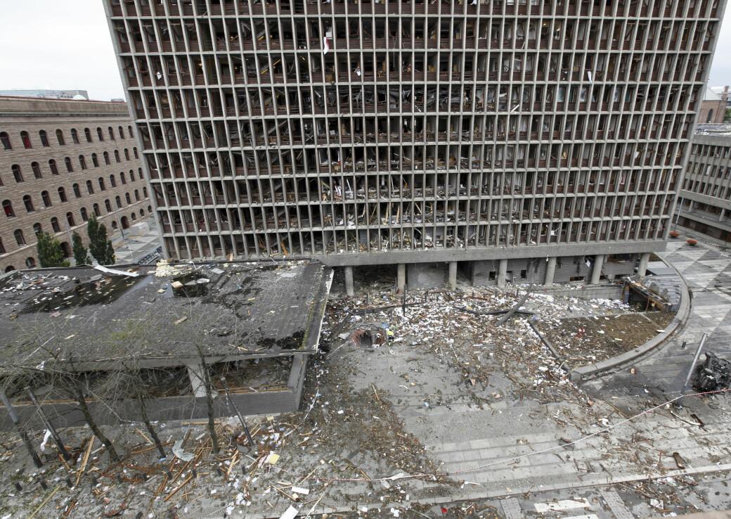 Bildet er tatt 23.juli 2011, dagen etter at terrorbomben gikk av. Midt i bildet sees hullet som er igjen der Anders Behring Breivik plasserte bombebilen.