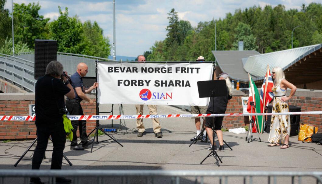Sian fikk i sommer lov til å ha stand på Holmlia. Men ble møtt med motdemonstranter som overdøvet det muslim- og islamfiendtlige budskapet.