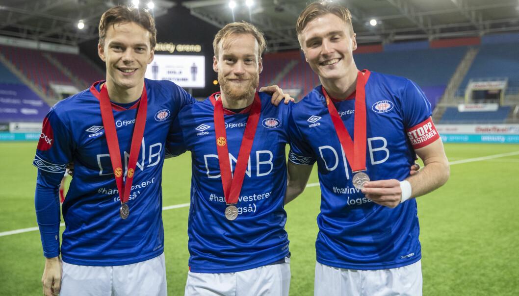 Vålerengas Felix Horn Myhre (fra v.), Bård Finne og Christian Dahle Borchgrevink poserer med bronsemedaljene, og kan feire at de er ubeseiret hjemme på Valle.