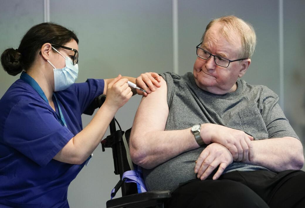Sykepleier Maria Golding vaksinerer Svein Andersen (67) mot koronaviruset. 67-åringen er beboer på Ellingsrudhjemmet og var den første i Norge som fikk vaksinen.