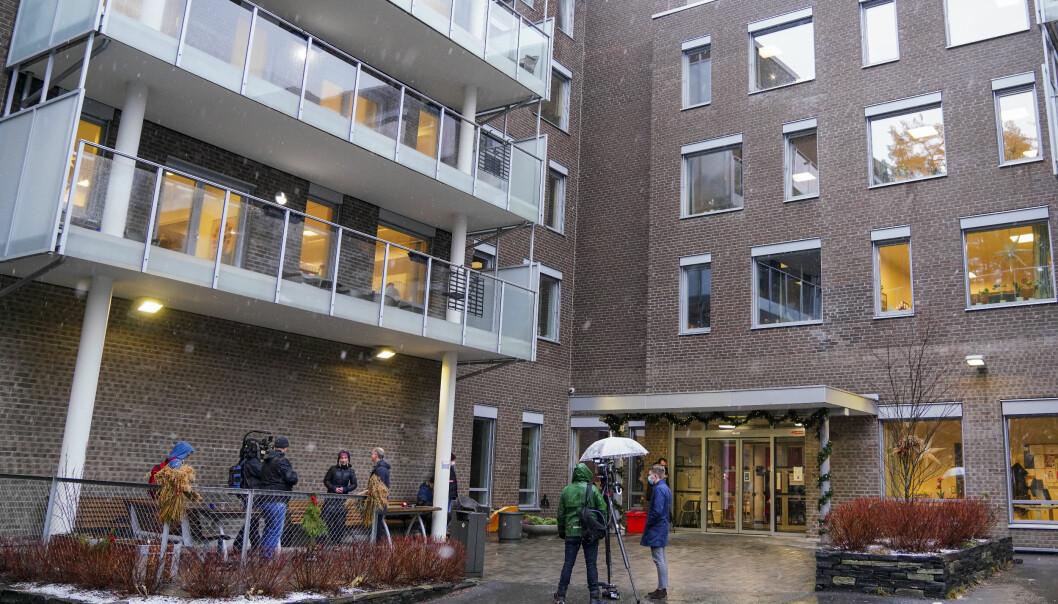 Medieoppbud utenfor Ellingsrudhjemmet før første vaksine skulle settes. I dag startet vaksineringen også ved fire andre sykehjem i Oslo.