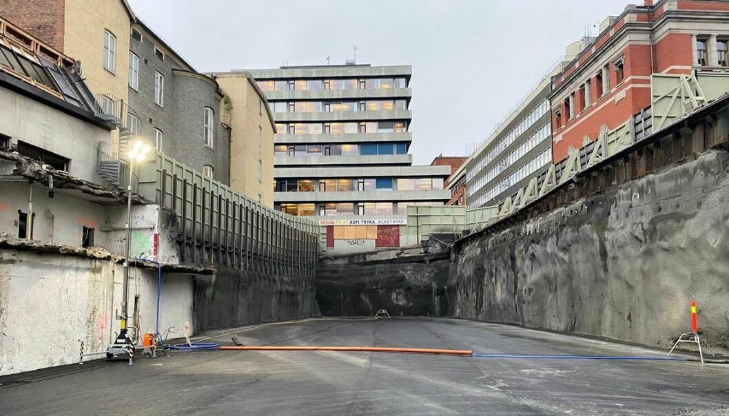 R4 er nå bare et stort hull. Bygget sto ferdig i 1988, og hadde ni etasjer, to kjelleretasjer og helikopterdekk på taket.