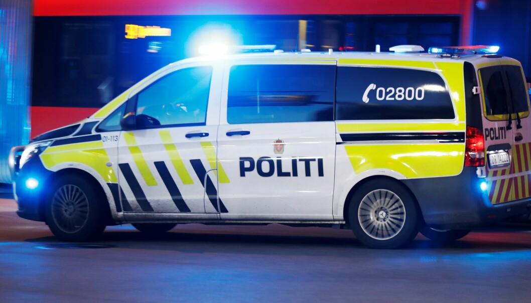 Rett før klokka 20 i kveld forsøkte en mann å tenne fyrverkeri ved en politibil på Grønland torg.