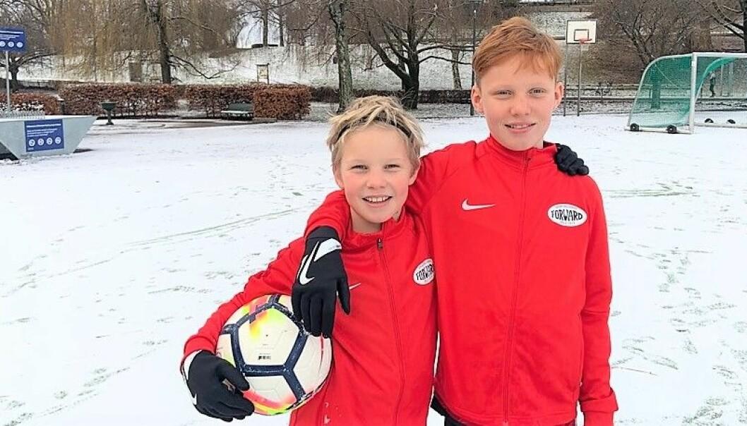 Forward-spillerne Ola Rønning Sønsteby (9) og Ludvik Rønning Sønsteby (12) er veldig godt fornøyde med å ha fått nye treningsjakker og fotballshortser.