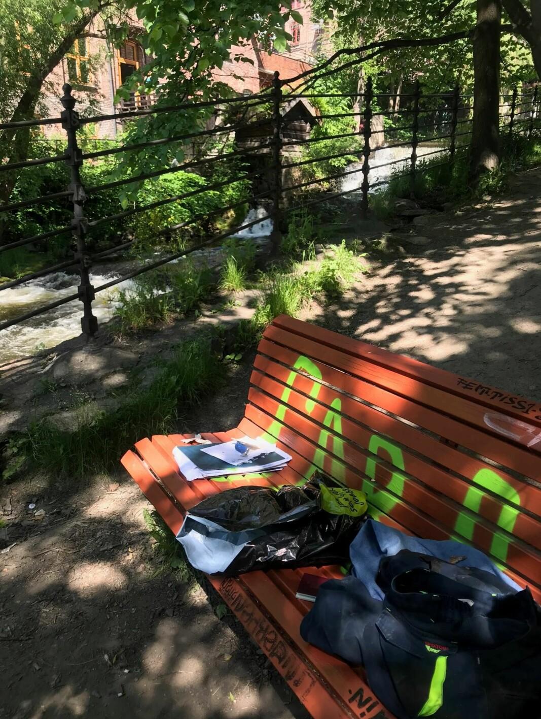 På benken lå klær, pass, nøkler og lommebok pent plassert ved siden av hverandre i stabler.