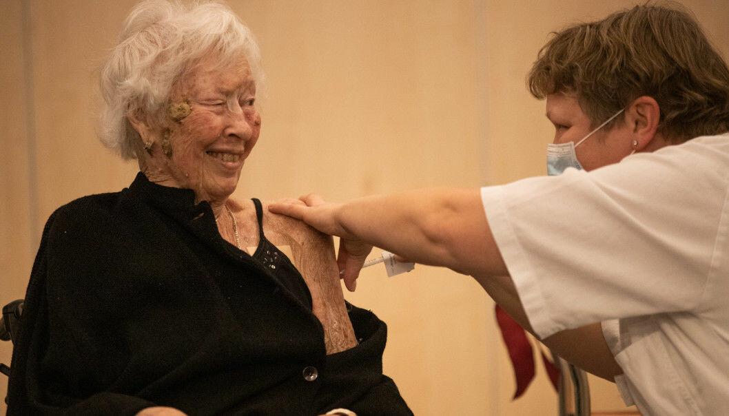 Bjørg Vigdal (87) ble vaksinert ved Lillohjemmet 28. desember. Nå får stadig flere tibud om vaksine.