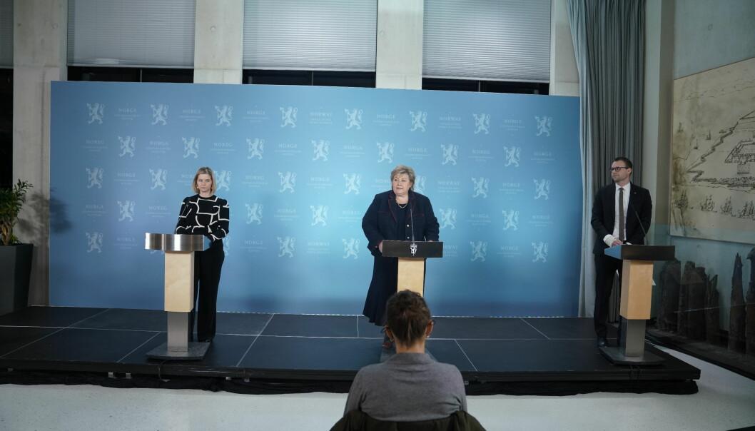 Statsminister Erna Solberg (H), kunnskapsminister Guri Melby (V) og barne- og familieminister Kjell Ingolf Ropstad (KrF) la frem nye koronainnstramminger søndag kveld.