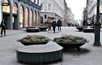2017: Terrorsikring på Karl Johan blir midlertidige blomsterkasser. 2021: De midlertidige blomsterkassene står der fortsatt