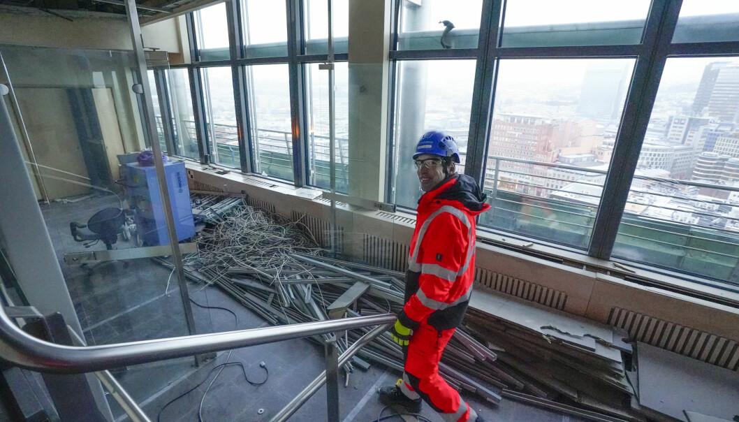 Sjefingeniør og assisterende prosjektleder Carsten Spannagel i Statsbygg viser fram 16. etasje, nest øverst i Høyblokka. De to øverste etasjene i bygget skal rives og bygget får 15 etasjer, slik det opprinnelig hadde.