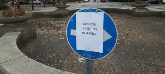 Aksjonister troppet opp i oppgangen til Raymond Johansen og hengte opp plakater: «Raymond, slutt å ødelegge for byens innbyggere!»