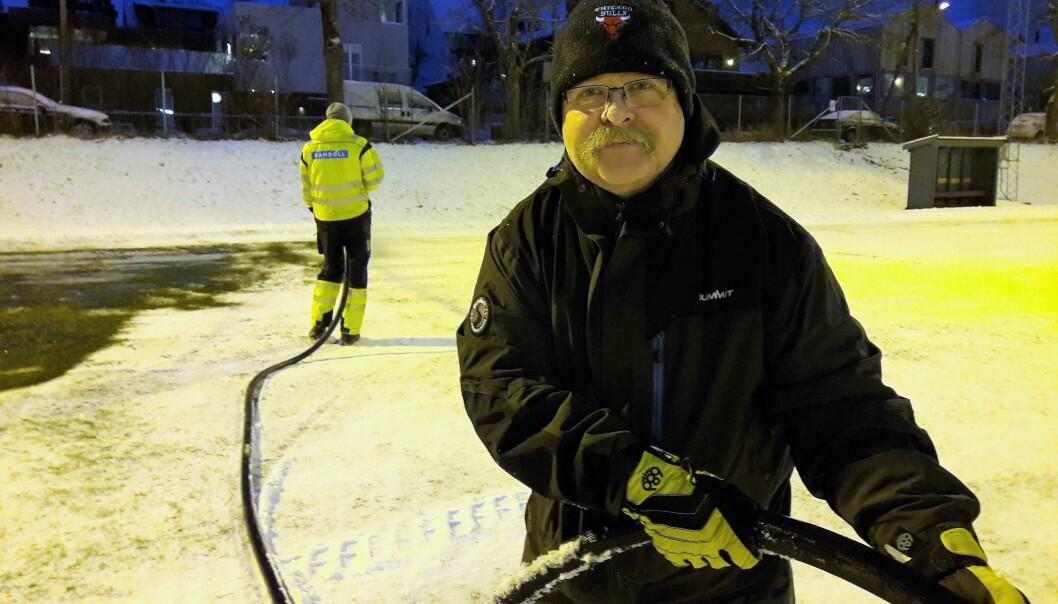 Helge Holter i Skeid bandy drømmer om kunstis og mer moderne teknologi enn vann fra en kum, og gjennom en slange for å islegge banen på Nordre Åsen.